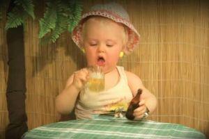 Baby drinkt bier