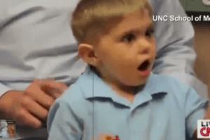 CNN, doof, 3jaar, horen, stem vader
