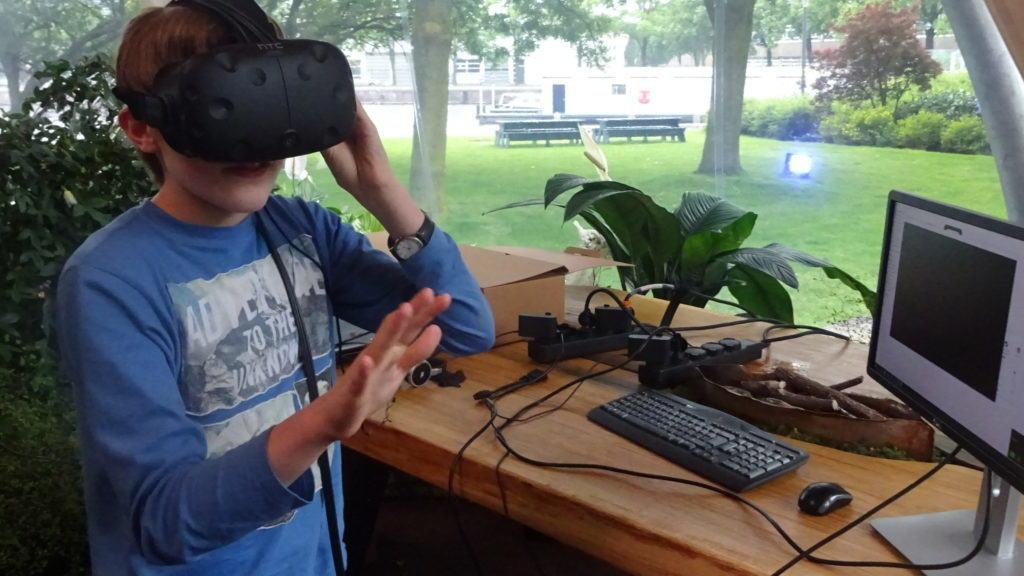 Jongen met computer op Virtual reality