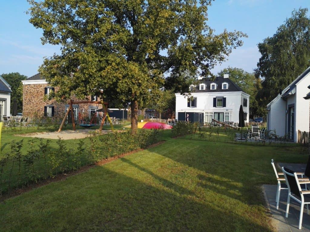 Maastricht Dormio Resort - terras en speeltuin